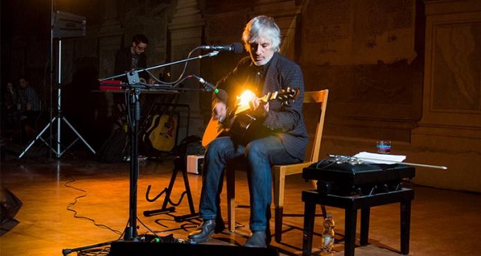Foto de Lee Ranaldo em apresentação ao vivo para a resenha de Electric Trim