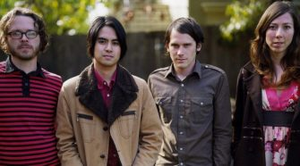 "Foto da banda Silversun Pickups para resenha do álbum ""Swoon"", de 2009"