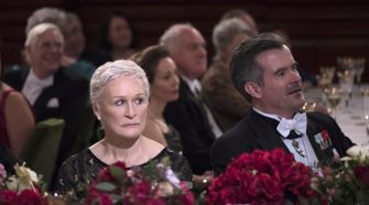 Cena de Glenn Close no filme A Esposa