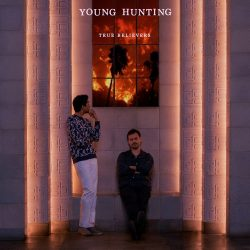 "Capa do álbum ""True Believers"", da banda Young Hunting"