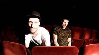 "Foto do duo Sleaford Mods para resenha do álbum ""Eton Alive"""
