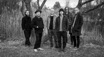 "Foto da banda The National para resenha do álbum ""I Am Easy To Find"""