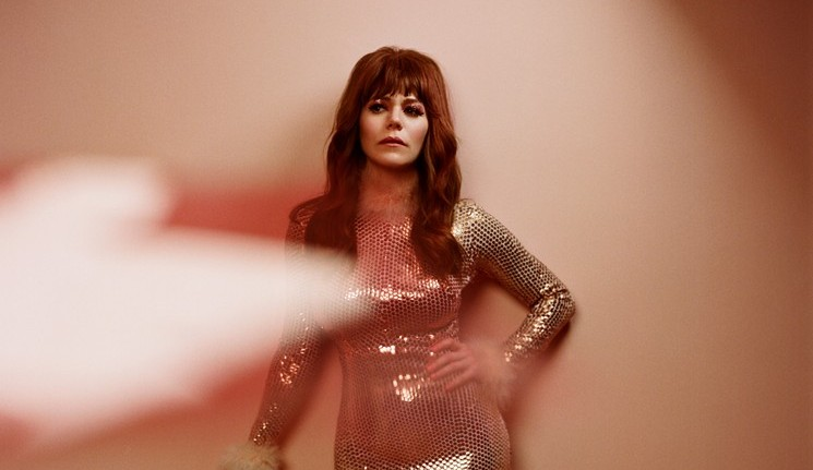 "Foto de Jenny Lewis para resenha do álbum ""On the Line"""