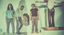 "Foto da banda Yeasayer para resenha do álbum ""Amen & Goodbye"""