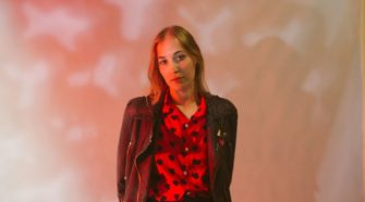 Foto de Harriette Pillbeam (Hatchie), para resenha do álbum Keepsake