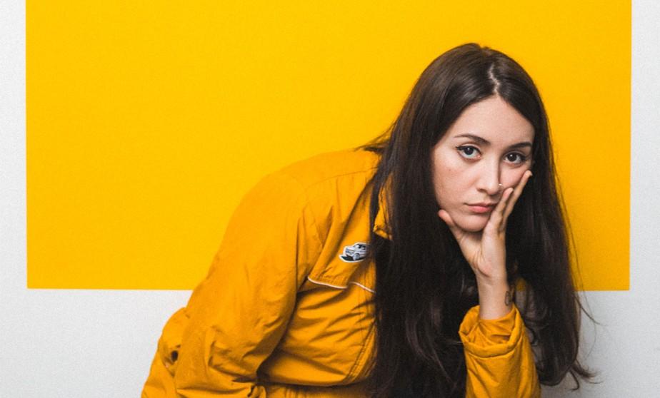 Foto de Bruna Guimarães para resenha do álbum Morri de Raiva