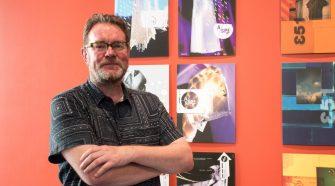 Foto do designer gráfico Vaugahn Oliver, responsável pelas capas da 4AD