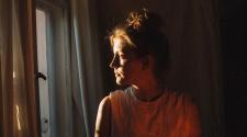 Foto da cantora Tara Nome Doyle para resenha de Alchemy