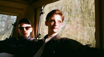 Foto do duo Cassels para resenha do álbum The Perfect Ending