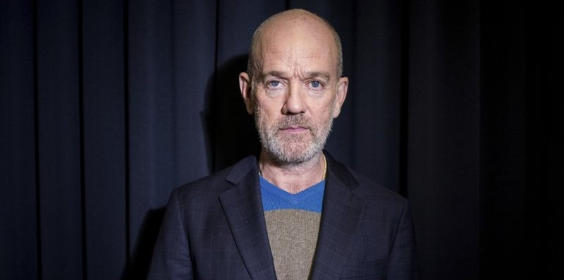 "Foto de Michael Stipe para notícia do single ""Drive to the Ocean"""