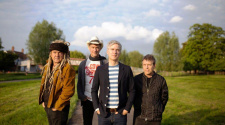 Foto da banda Nada Surf, resenha de Never Not Together