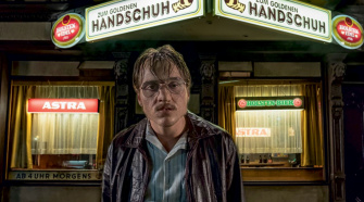 Jonas Dassler no filme O Bar Luva Dourada