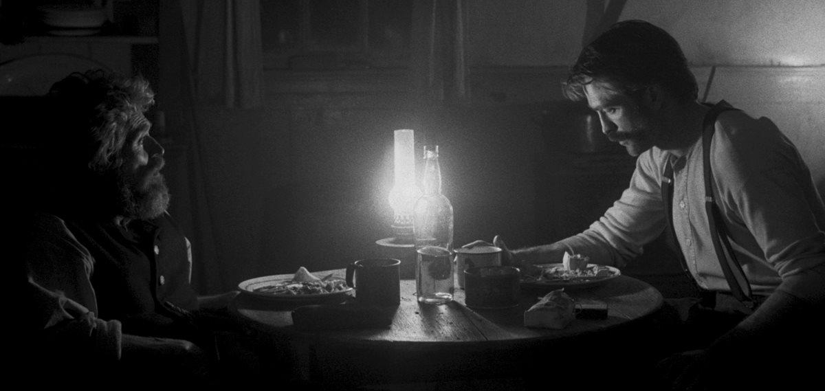 Robert Pattinson e Willem Dafoe em cena de O Farol