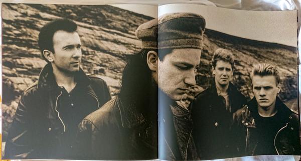 Encarte do álbum Unforgettable Fire, do U2