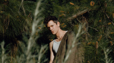 Mike Hadreas AKA Perfume Genius, foto para resenha de Set My Heart on Fire Immediately