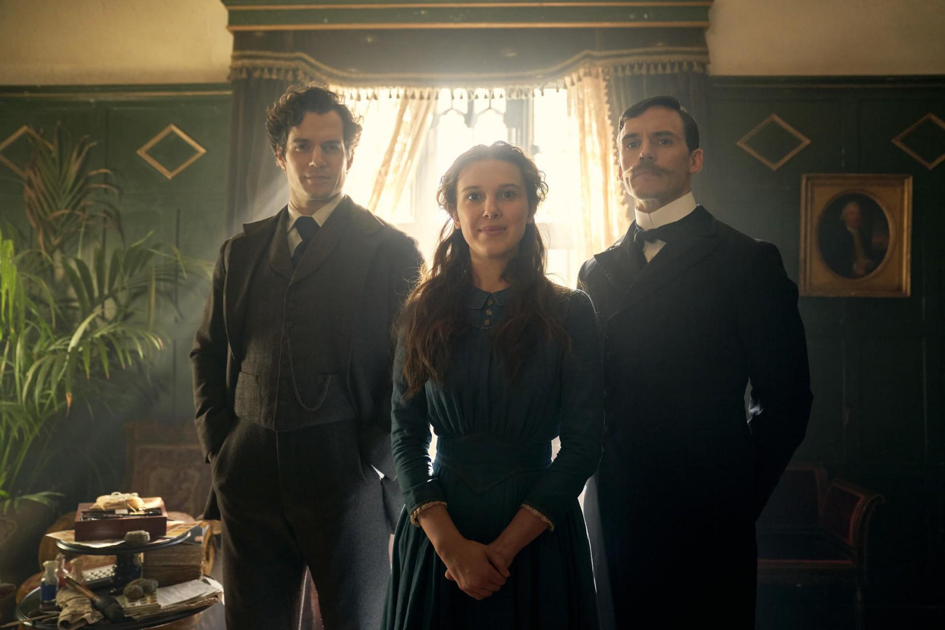 Henry Cavill, Sam Claflin, e Millie Bobby Brown em Enola Holmes (2020)